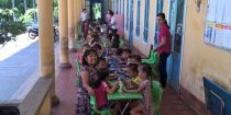 Dr. Thao joins the kiddos for lunch at Phong Chuong preschool after workshop!