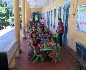 dr-thao-joins-the-lunch-with-the-children-at-phong-chuong-preschool